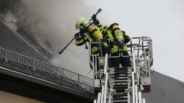 <p>Vor Ort waren Polizei, Feuerwehr mit zwei Drehleitern und Rettungsdienst.</p>