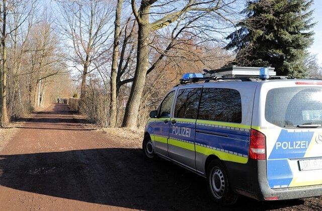 <p>Er soll etwa30 Meter vom Fahrzeug entfernt, unterhalb eines Hanges, gefunden worden sein.</p>