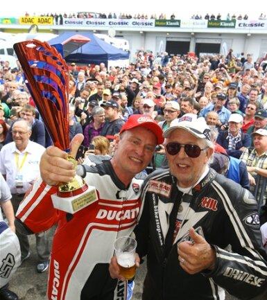 """<p>ADAC Sachsenring Classic 2016: Waldmann gewinnt das 1. Rennen der World GP Bike Legends.&nbsp;Der Engländer und 7-fache Weltmeister Phil Read freut sich mit """"Waldi"""".</p>"""