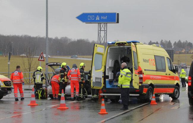 <p>Bei dem Unfall wurden zwei Personen verletzt und kamen stationär in ein Krankenhaus, bestätigte die Rettungsleitstelle.</p>
