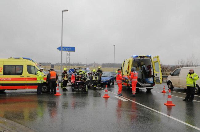 <p>Ersten Informationen zufolge wurde bei dem Unfall der Honda-Fahrer verletzt und seine Beifahrerin eingeklemmt.</p>