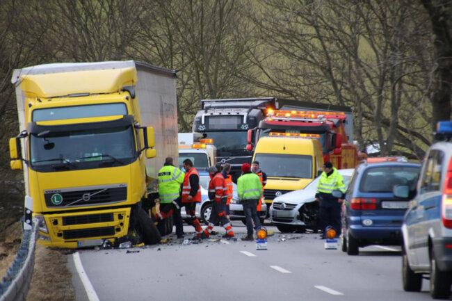 <p>Kurz nach dem Ortsausgang Grünberg waren ein Laster und ein VW kollidiert.</p>