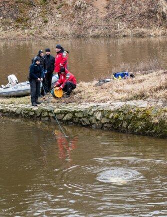 <p>Nach mehreren Suchaktionen per Schlauchboot, Kontrollen der Uferbereiche und Tauchgängen wurde die Suche am Mittwoch gegen 15 Uhr vorerst abgebrochen - erfolglos.</p>