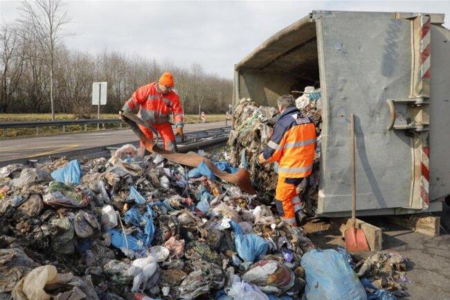 <p>Polizeiangaben zufolge hatte am Abzweig der Chemnitzer Straße in Niederwiesa kurz vor 8 Uhr ein Lkw einen mit Hausmüll beladenen Container verloren.</p>  <p></p>