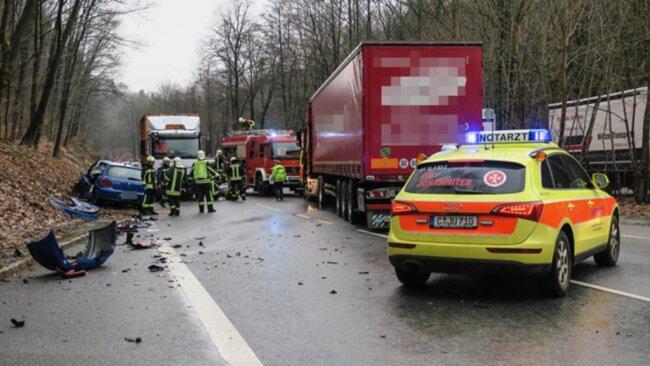 <p>Ersten Informationen zufolge stieß gegen 14.30 Uhr ein Lkw mit dem Peugeot der Frau zusammen.</p>