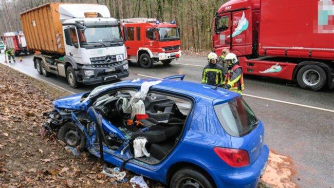 <p>Bei einem Unfall auf der B 169 ist am Freitagnachmittag eine Frau in ihrem Auto eingeklemmt und schwer verletzt worden.</p>