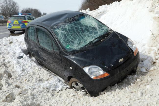 <p>Ersten Informationen zufolge war er mit seinem Chevrolet zwischen den Anschlussstellen Nossen-Nord und Döbeln-Ost wahrscheinlich in eine Schneewehe auf dem rechten Fahrstreifen geraten.</p>