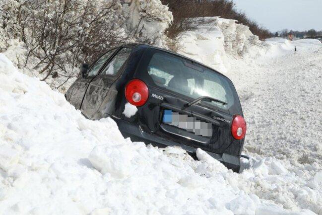 <p>Der Wagen überschlug sich daraufhin und schleuderte in den Straßengraben.</p>