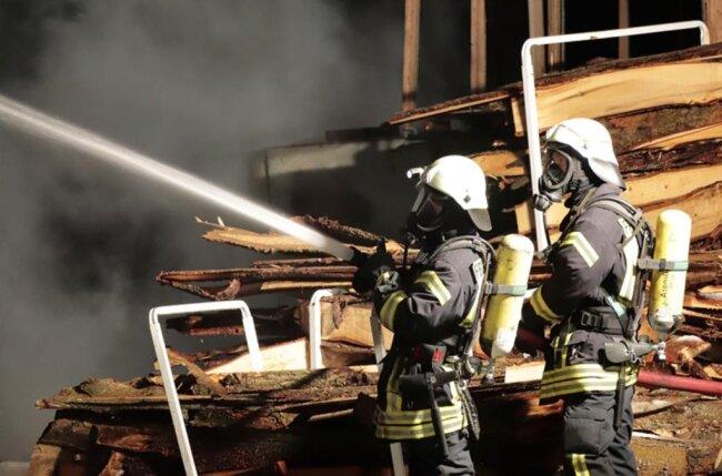 <p>Die Produktionshalle des Betriebs stand vollständig in Flammen, wie die Polizei mitteilte.</p>