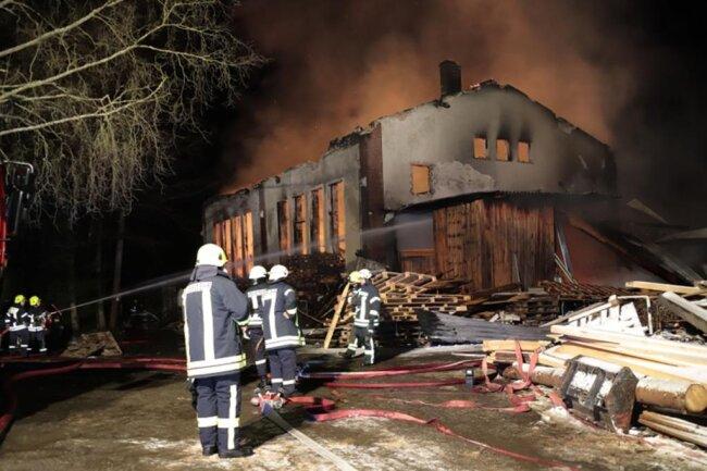<p>Die Feuerwehr ließ das Gebäude kontrolliert niederbrennen.</p>