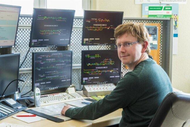 <p>Neben dem Technikraum mit dem digitalen Stellwerk liegt das Büro des Fahrdienstleiters. Dort sitzt Gregor Traufelder und schaut auf ein halbes Dutzend Monitore.</p>