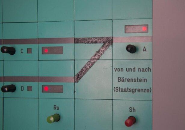 <p>Die Deutsche Bahn spricht vom ersten digitalen Stellwerk Europas, das in Annaberg-Buchholz in den Regelbetrieb ging. Und das ausgerechnet auf einer Provinzstrecke in Sachsen, auf der schon einmal Schluss war mit dem Bahnverkehr.</p>