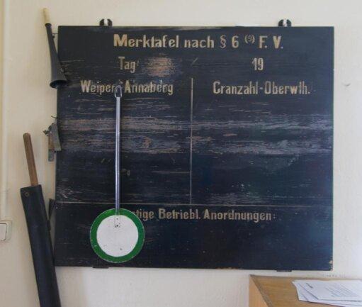"""<p>In Riedels Büro hängt auch eine """"Merktafel"""" nach den """"Fahrdienstvorschriften"""" aus den 1930er-Jahren. An diesen Tafeln wurden einst Sonderzüge, Zugausfälle oder Fahrplanänderungen mit Kreide angeschrieben.</p>"""