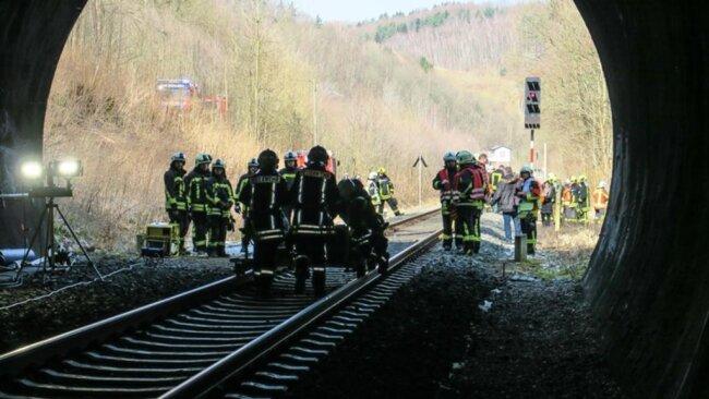 <p>Wie Andreas Müller, der Gemeindewehrleiter von Bad Schlema,berichtet, sei die Übung im allgemeinen sehr gut verlaufen, Probleme gab es einzig mit der kompletten Ausleuchtung des Tunnels.</p>