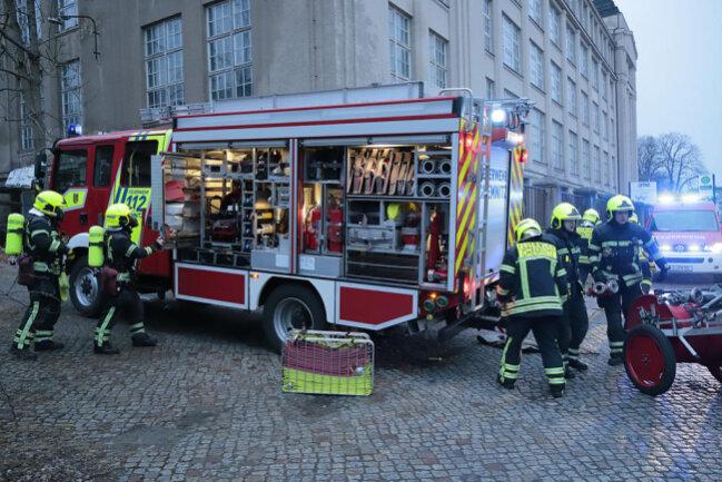 """<p>""""Die Feuerwehr hat die Flammen gerade gelöscht, ist aber noch vor Ort"""", sagte Martin Hänel, Polizeiführer vom Dienst, um 21 Uhr.</p>"""