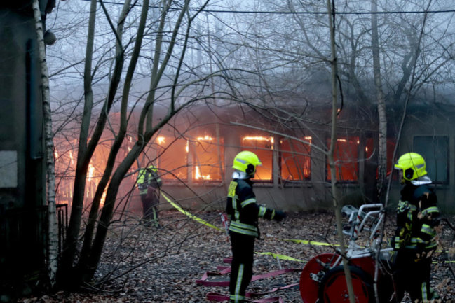 <p>In einer Baracke neben dem ehemaligen Industriewerk an der Zwickauer Straße hat es am Montagabend gebrannt.</p>