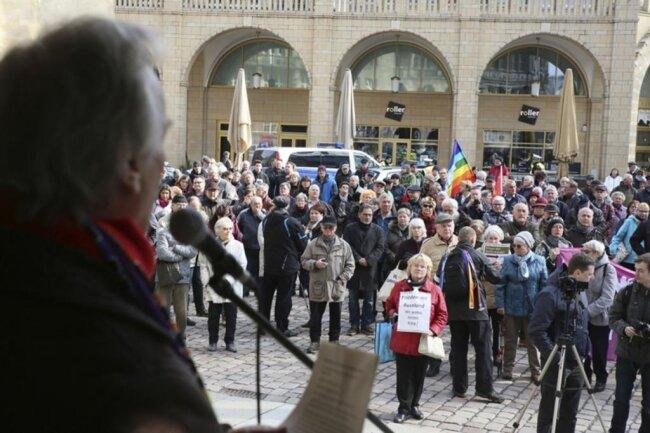 """<p>Der Berliner Journalist und Friedensaktivist Reiner Braun warb in seiner Rede für die Initiative """"Abrüsten statt aufrüsten"""". Er forderte von der deutschen Politik, die """"Konfrontation mit Russland zu beenden"""" sowie Verhandlungen zu führen, um dem Krieg in Syrien ein Ende zu setzen.</p>"""