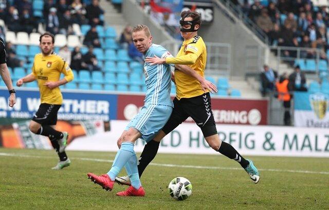 <p>Dennis Grote (Chemnitz, links) gegen Sebastian Bösel (Großaspach)</p>