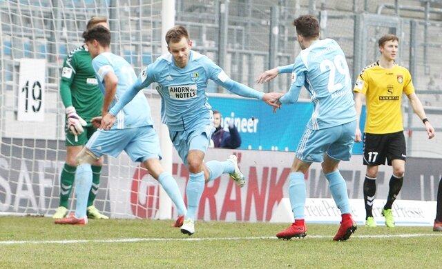 <p>Torjubel nach dem Treffer zum 1:1-Ausgleich durch Torschütze Mikko Sumosalo (Chemnitz, links), hier mit Tom Baumgart.</p>