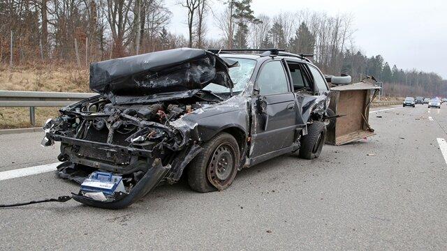 <p>Ein Mercedes kollidierte bei einem Fahrstreifenwechsel mit einem Toyota, an dem sich ein Anhänger mit einem Schaf befand.</p>
