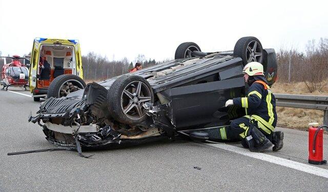 <p>Der Mercedes überschlug sich und kam auf dem Dach zum Liegen.</p>