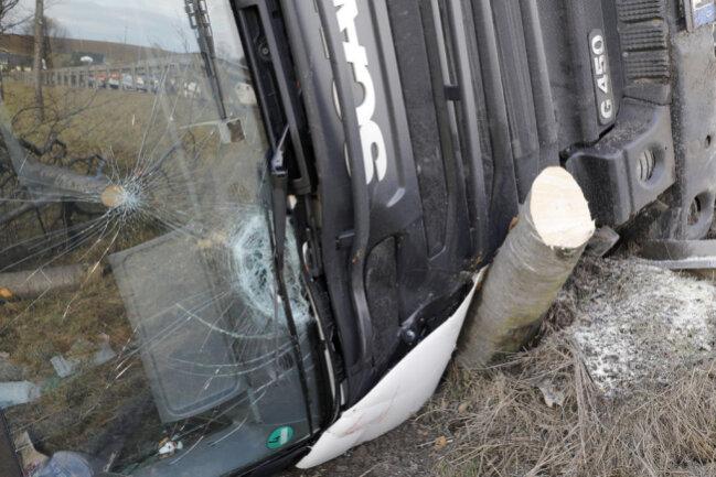 """<p xmlns:php=""""http://php.net/xsl"""">Der Laster geriet in die Leitplanke und zerstörte diese auf etwa 50 Metern. Anschließend kollidierte er mit einem Baum und kippte im Straßengraben um.</p>"""