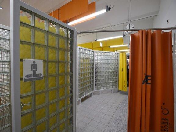 <p>Durch den gesamten Umkleidebereich zieht sich ein Farbkonzept, das an die 1980er-Jahre erinnern soll.Die Frauen sollen dabei den gelben, die Männer den orangenen Markierungen folgen.</p>