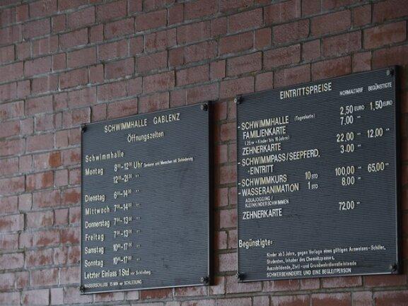 <p>Die Preistafel im Foyer stammt noch aus DDR-Zeiten. Und vermittelt so den Charme der 1980er-Jahre.</p>