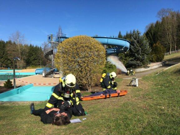 <p>Feuerwehren, Kranken - und Notarztwagen wurden am Samstagvormittag zu einer Einsatzübung der Stadtfeuerwehr mit dem Gefahrengutzug Süd des Landkreises Zwickau ins Hartensteiner Freibad gerufen.</p>