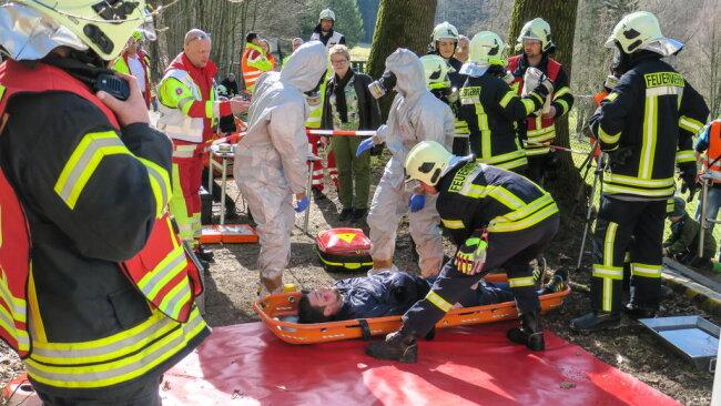 <p>... und die sichere Bergung einer Person sowie des Giftstoffes unter schweren Chemikalienschutzanzügen waren im Zusammenspiel der Einsatzkräfte zu bewältigen.</p>