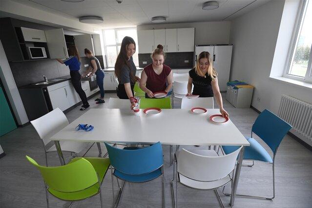 <p>Zudem gibt es Gruppenräume, ein Mehrzweckraum samt kleiner Kantine und verschiedene Freizeiträume.</p>