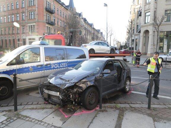 <p>Nach ersten Informationen sind auf der Kreuzung Weststraße/Barbarossastraße zwei Autos zusammengestoßen.</p>