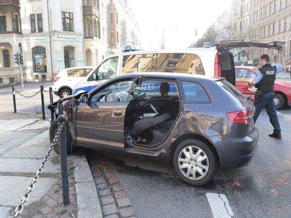 <p>Eine Personmusste die Feuerwehr aus ihre Auto befreien, indem sie eine Fahrzeugtür herausschnitt.</p>