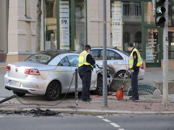 <p>Ein Auto wurde gegen einen parkenden Mercedes geschleudert</p>