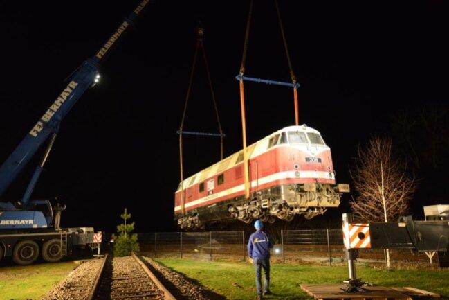 <p>Die Maßarbeit wurde von Mitarbeitern der Dresdner Firma Felbermayr und der Pressnitztalbahn mit Bravour gemeistert.</p>