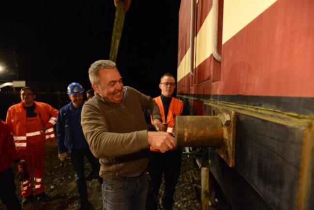 <p>Beauftragt hatte es Sven Schürer, der den ehemaligen Bahnhof gekauft hat und nebenan die Firma Industrietorbau betreibt.</p>