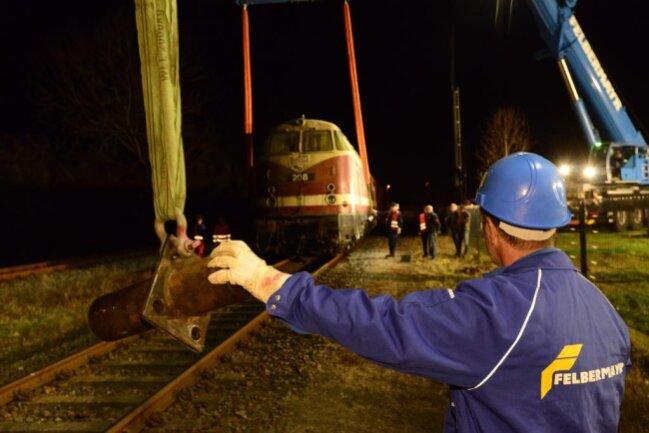 <p>Trotz der späten Stunde verfolgten viele Schaulustige das Einschweben der Lok.</p>