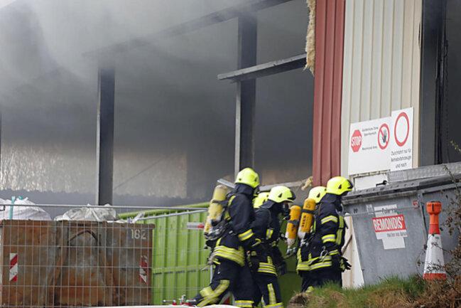 <p>Mehrere Feuerwehren der Umgebung sind im Einsatz, um die Flammen zu löschen.</p>