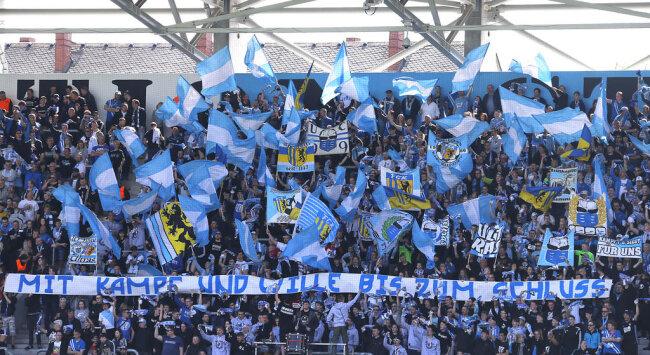 <p>Mit Fahnen und Transparenten unterstützten die Fans ihren Verein.</p>