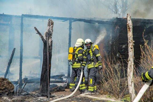<p>Wie Einsatzleiter Thomas Müller von der Thalheimer Wehr berichtet, stand beim Eintreffen eine Gartenlaube in Vollbrand und eine zweite Gartenlaube im Entstehungsbrand.</p>