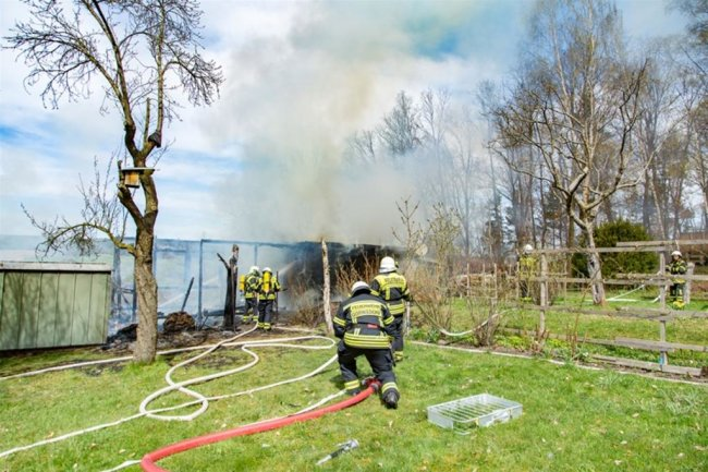 <p>Dazu hatten die Flammen bereits auch auf Büsche und Bäume sowie einen Schuppen übergegriffen.</p>