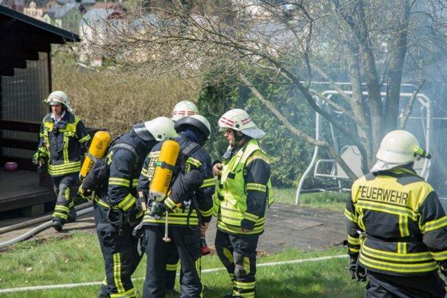 <p>Im Einsatz waren 39 Kameraden der Freiwilligen Feuerwehren aus Thalheim, Gornsdorf und Zwönitz sowie der Diensthabende Kreisbrandmeister und die Drehleiter aus Stollberg.</p>