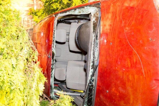 <p>Wie die Einsatzleitung der Feuerwehr mitteilte, musste der Fahrer durch die Windschutzscheibe geborgen werden.</p>