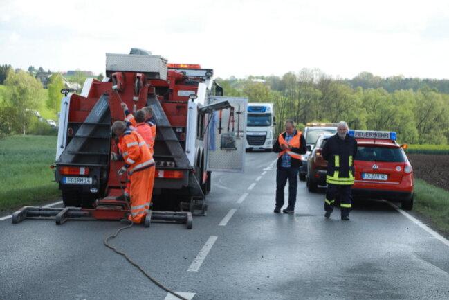 <p>Die Bundesstraße musste nach Polizeiangaben etwa anderthalb Stunden voll gesperrt werden. Danach wurde der Verkehr wechselseitig vorbeigeleitet.</p>