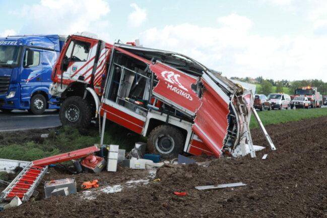 <p>Im Einsatz war auch ein Rettungshubschrauber. Es entstand Sachschaden von rund 200.000 Euro.</p>
