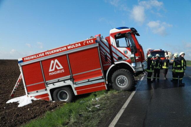 <p>Einsatzkräfte der Feuerwehren Großschirma, Siebenlehn und Freiberg befreiten Fahrer und Beifahrer aus dem Führerhaus. Beide kamen mit schweren Verletzungen ins Krankenhaus.</p>