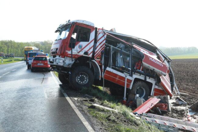 <p>Beim Unfall eines Tanklöschfahrzeugs der Freiwilligen Feuerwehr Mulda sind am Donnerstagfrüh auf der B101 zwischen Großvoigtsberg und Obergruna zwei Feuerwehrleute schwer verletzt worden.</p>