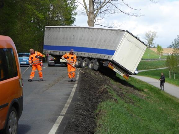 <p>Während der Bergung zwischen 12:30 Uhr und 14:30 Uhr die Bundesstraße voll gesperrt.</p>