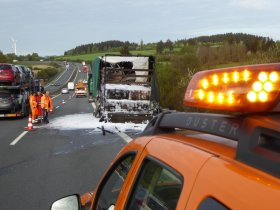 <p>Auf der A72 Richtung Hof zwischen der Anschlussstelle Pirk und dem Autobahnkreuz Hochfranken, etwa 1,3 Kilometer vor der Landesgrenze, ist am Freitagfrüh gegen 5.20 ein Lkw-Anhänger in Brand geraten.</p>