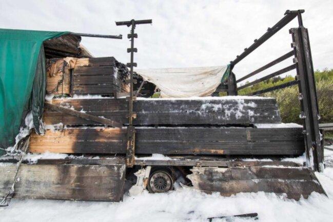 <p>Der Anhänger war mit 20 Tonnen Holz beladen, die komplett in Flammen standen.</p>